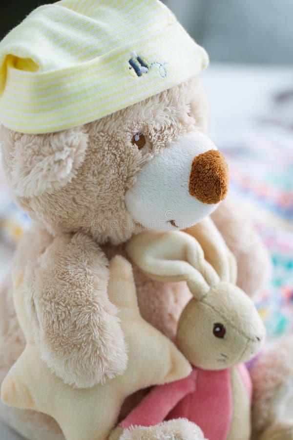 Vestiti e giocattoli del bambino immagine stock libera da diritti