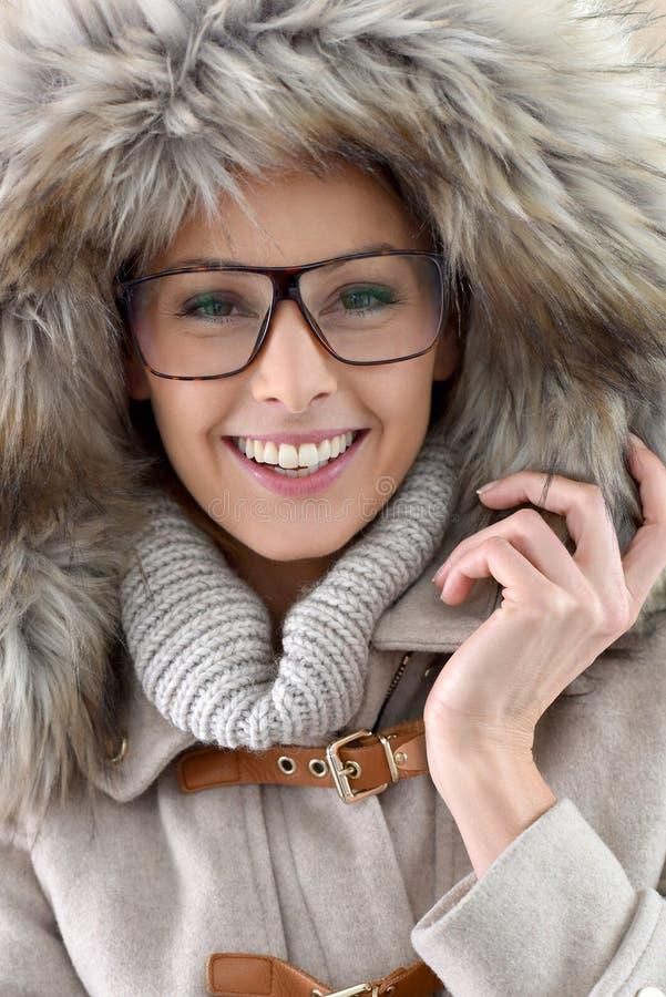 Vestiti ed occhiali d'uso di inverno della donna fotografia stock
