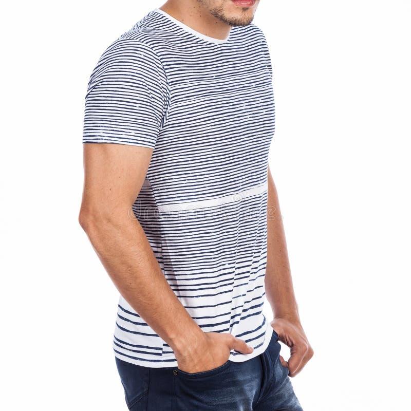 Vestiti, maglietta e jeans di modo per le foto degli uomini fatte nel fondo bianco immagini stock libere da diritti