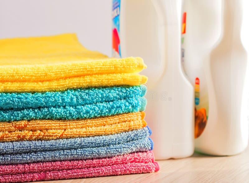 Vestiti puliti, variopinti, piegati Mezzi per lavare i vestiti fotografie stock