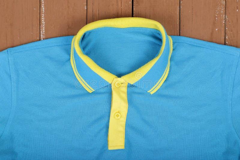 Vestiti, scarpe ed accessori - blu e camicia di polo gialla su w fotografie stock