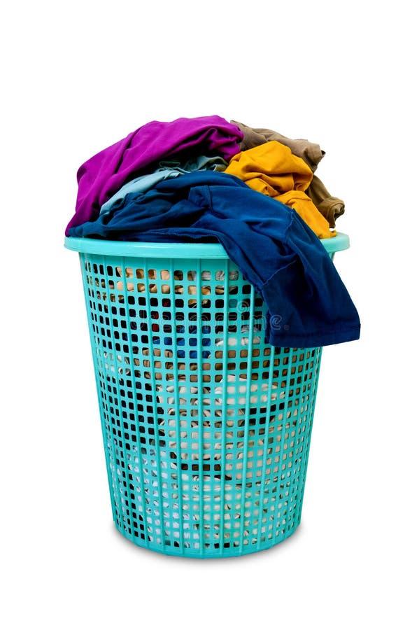 Vestiti sporchi variopinti nel canestro di lavanderia di plastica verde, isolato su fondo bianco fotografia stock libera da diritti