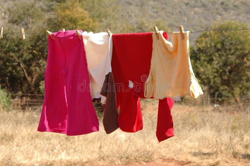 Vestiti sulla riga di lavaggio fotografia stock libera da diritti