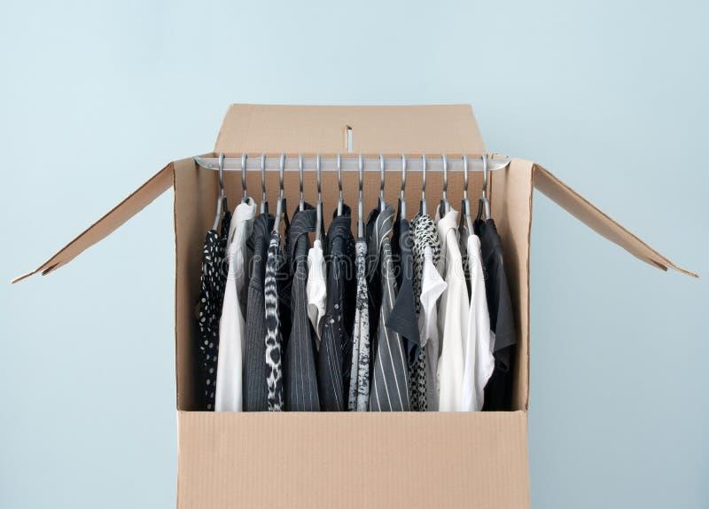 Vestiti in una casella del guardaroba per muoversi facile immagine stock libera da diritti
