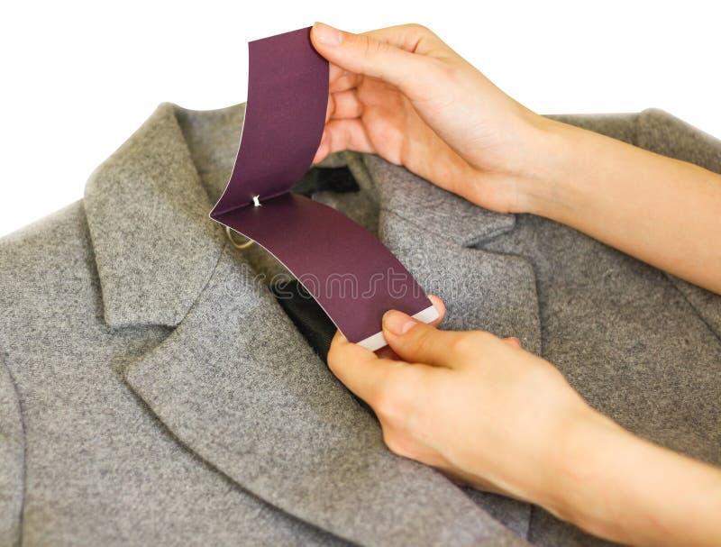 vestiti, usura e concetto di modo - vicino su della mano che tiene pri fotografie stock