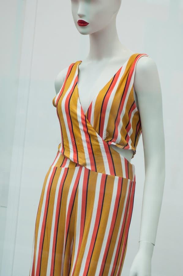 Vestiti variopinti di estate sul manichino nella sala d'esposizione del deposito di modo delle donne fotografia stock
