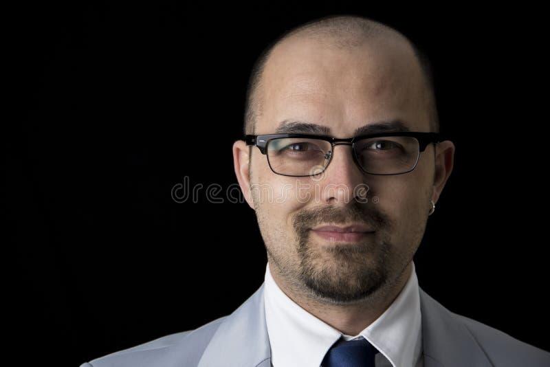 Vestito bello e vetri d'uso dell'uomo di affari isolati fotografia stock libera da diritti