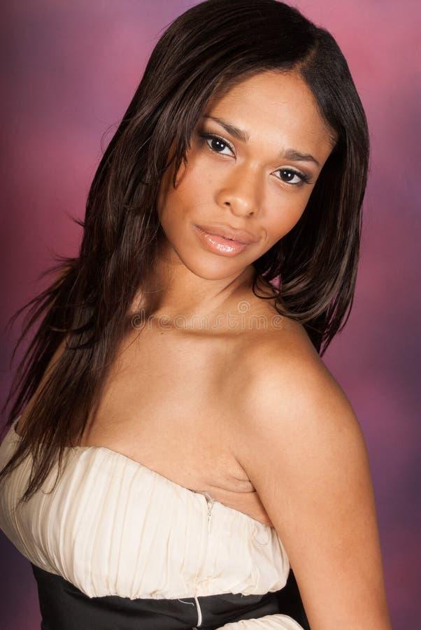 Vestito bianco d'uso dalla bella donna di colore afroamericana sexy fotografia stock