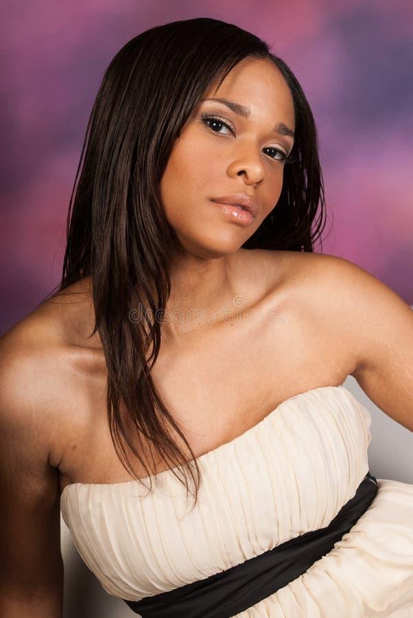 Vestito bianco d'uso dalla bella donna di colore afroamericana sexy fotografie stock libere da diritti