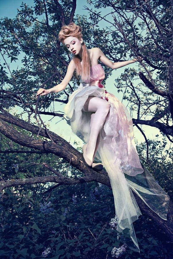 Vestito bianco da portare dalla signora con le rose in legno immagini stock