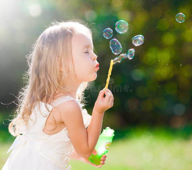 vestito bianco dalla ragazza, ventilatore della bolla di sapone immagine stock