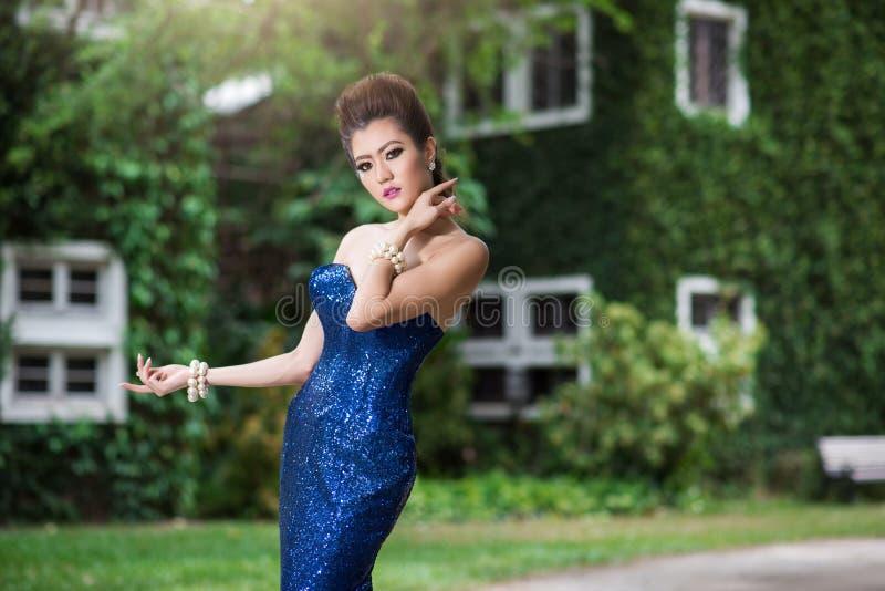 Vestito blu di lusso dal bello ladyin immagini stock libere da diritti