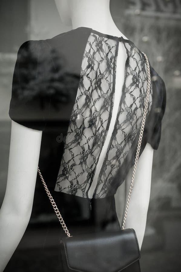 Vestito con ampia scollatura sulla schiena sul manichino nella sala d'esposizione del deposito di modo fotografia stock