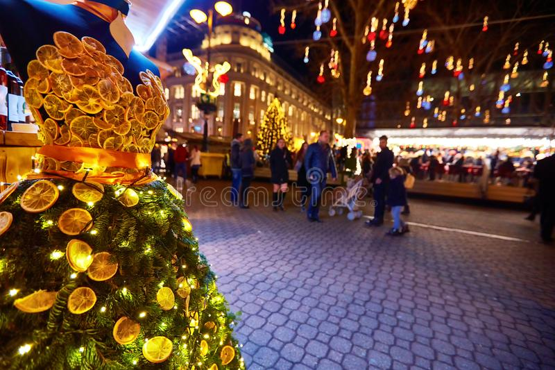 Vestito creativo dall'agrume sul mercato di natale a Budapest fotografia stock libera da diritti
