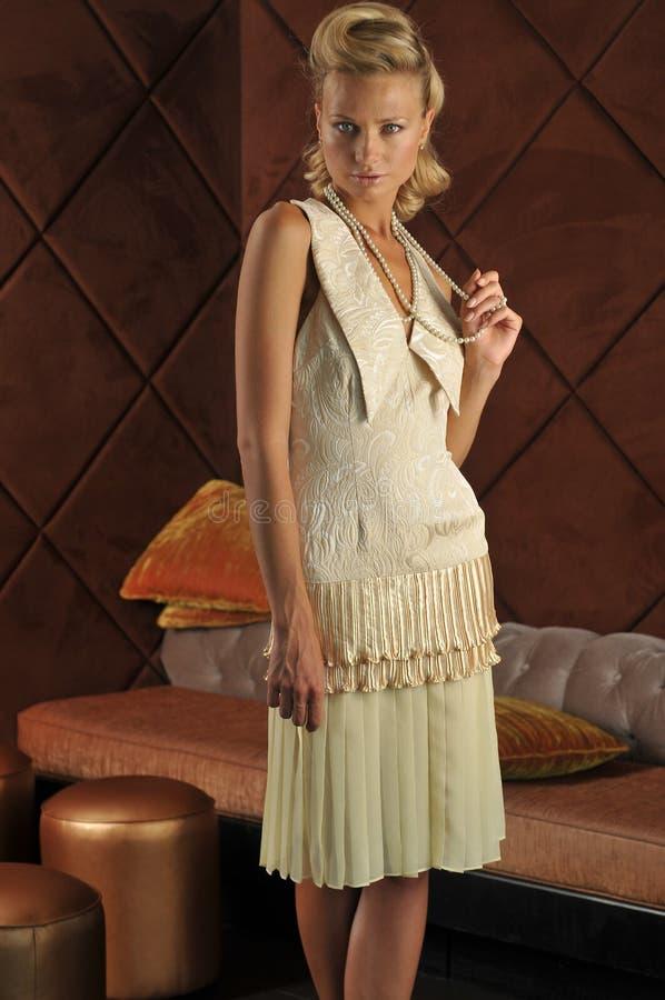 Vestito d'uso da alte mode del modello biondo attraente fotografie stock