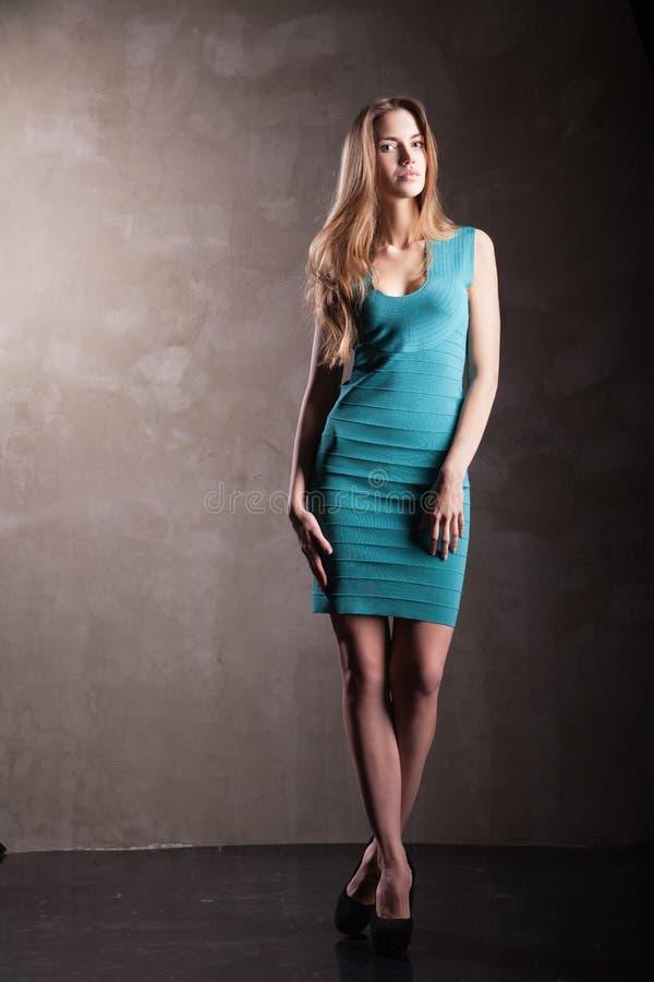 Vestito d'uso dal turchese del modello di moda fotografia stock libera da diritti