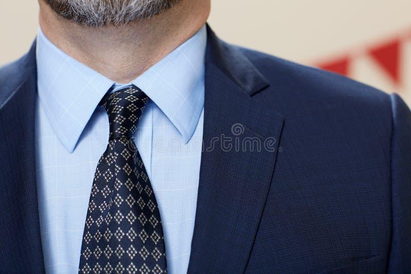Vestito d'uso dell'uomo elegante con il legame fotografia stock