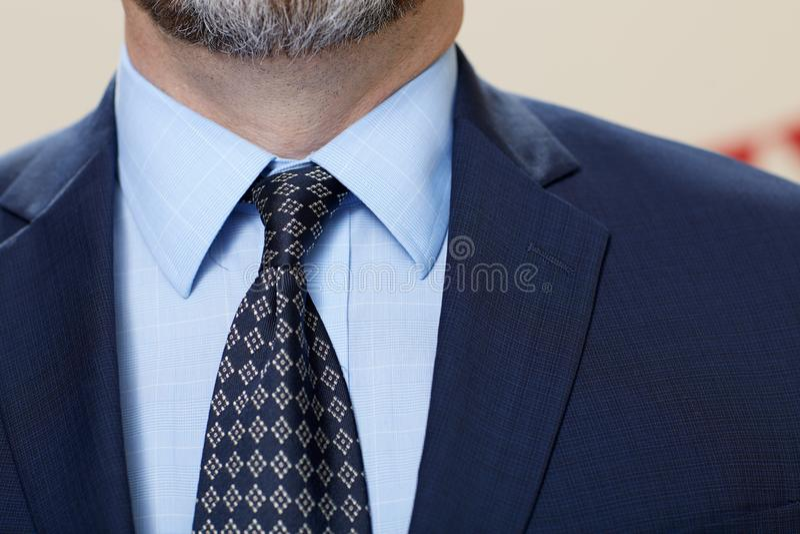 Vestito d'uso dell'uomo nella fine su fotografia stock