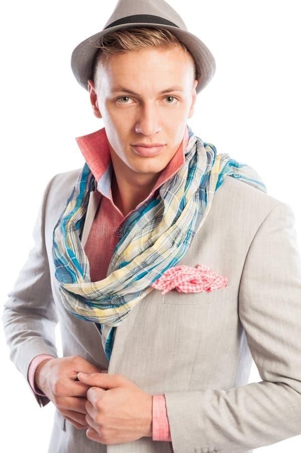 Vestito d'uso di modello maschio alla moda, cappello e una sciarpa fotografia stock