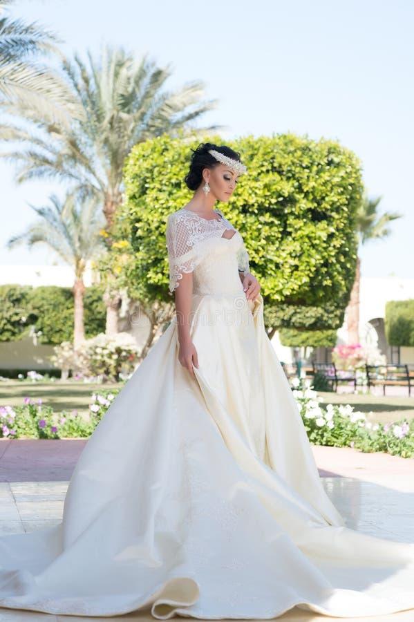Vestito da cerimonia nuziale bello vestito da sposa per la sposa graziosa Donna in vestito da cerimonia nuziale giorno delle nozz immagini stock