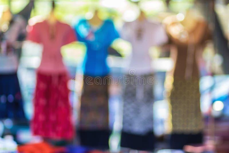 Vestito da modo sul fondo della sfuocatura dell'estratto del manichino fotografia stock