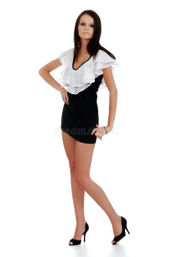 Vestito da portare da bianco e dal nero della giovane donna immagini stock libere da diritti