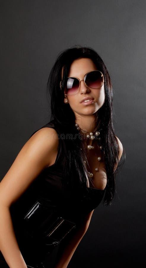 Vestito da portare dal brunette sexy fotografia stock libera da diritti