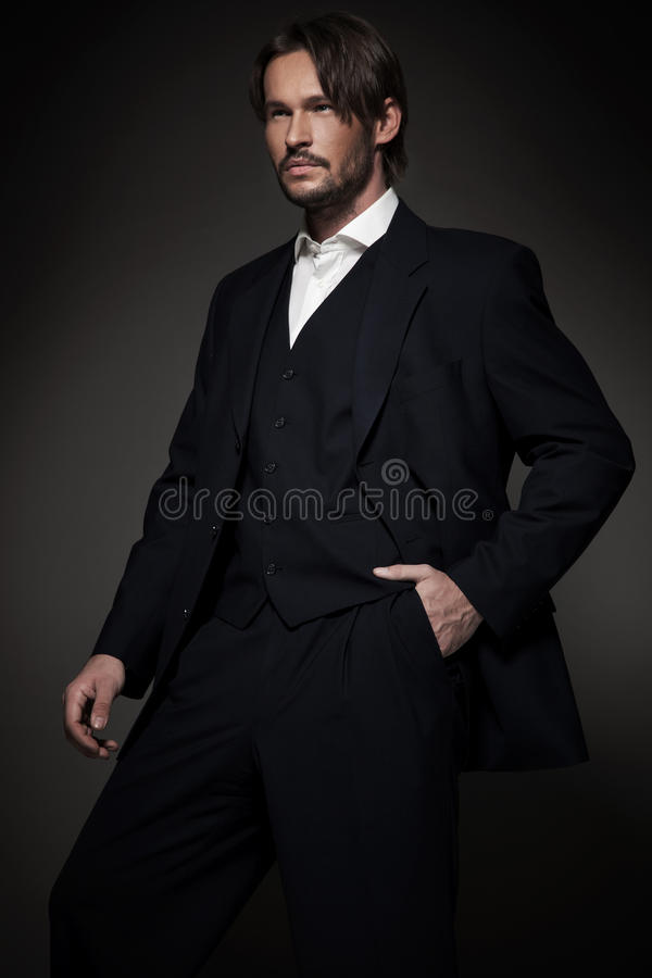 Vestito da portare dell'uomo bello fotografia stock