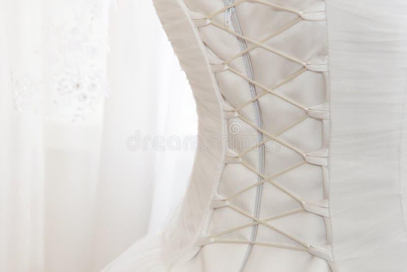 Vestito da sposa bianco con allacciamento sulla parte posteriore fotografia stock