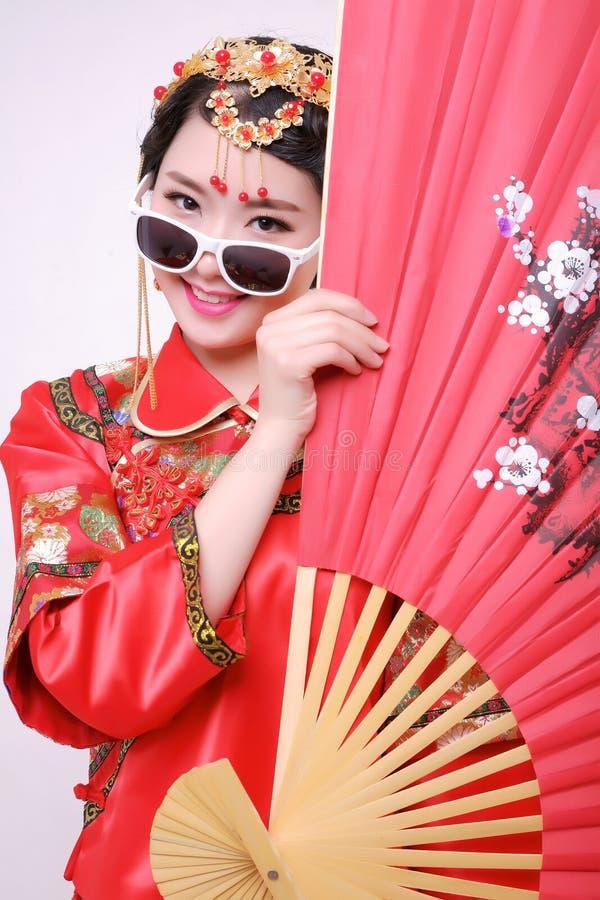 Vestito da sposa cinese e una bella sposa fotografia stock