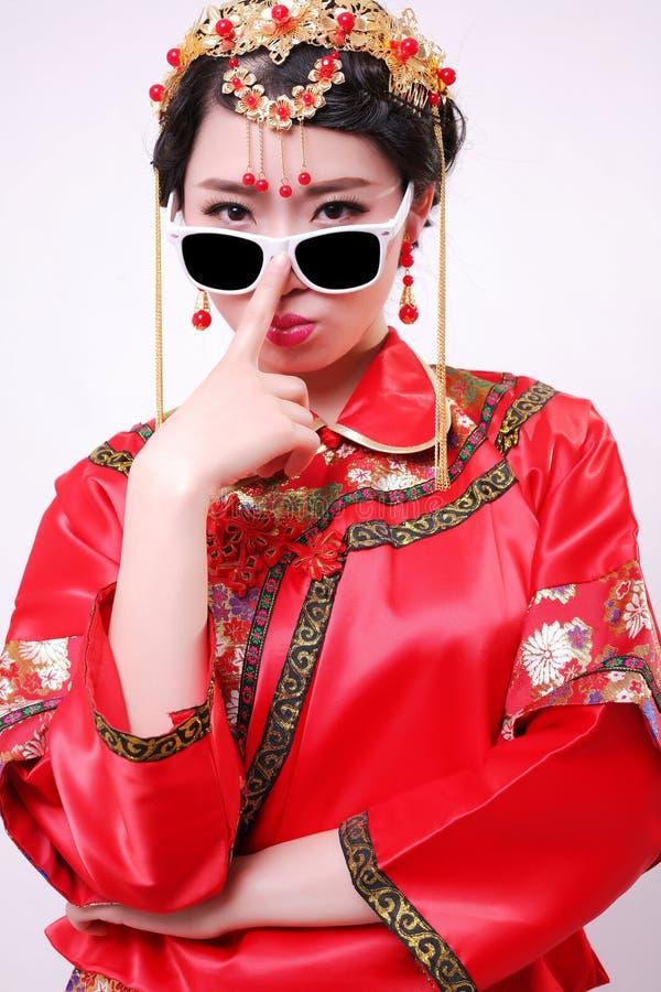 Vestito da sposa cinese e una bella sposa immagine stock