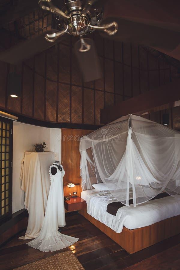 Vestito da sposa nella camera da letto Accessori di nozze fotografia stock libera da diritti