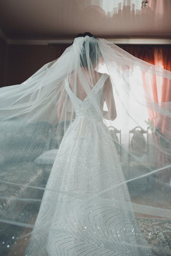 Vestito da sposa nuziale - l'accessorio principale della ragazza alle nozze immagini stock