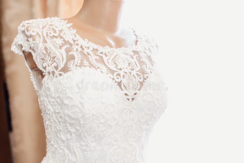 Vestito da sposa su un manichino fotografia stock libera da diritti