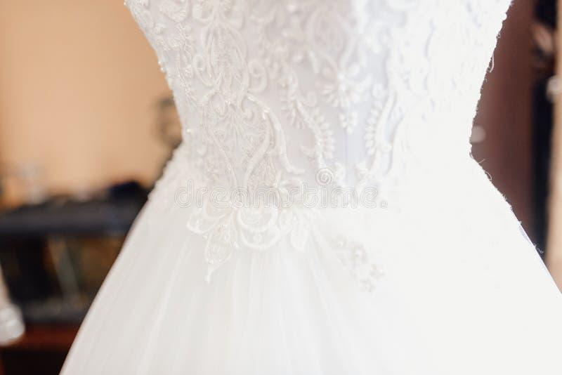 Vestito da sposa su un manichino fotografie stock libere da diritti