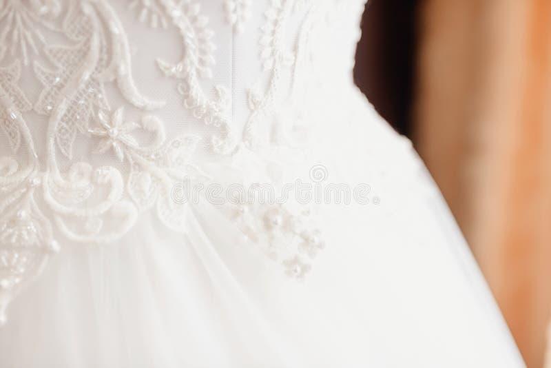 Vestito da sposa su un manichino fotografie stock