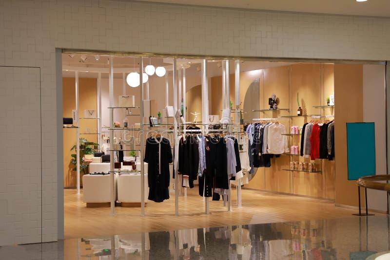 Vestito dalla donna del deposito dei vestiti sul centro commerciale dell'esposizione nel deposito del supermaket della Cina Shang fotografia stock
