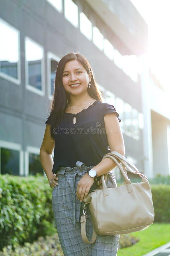 Vestito di estate della donna di affari per l'ufficio La donna alla moda indossa i tacchi alti, i pantaloni del cotone del plaid  immagini stock