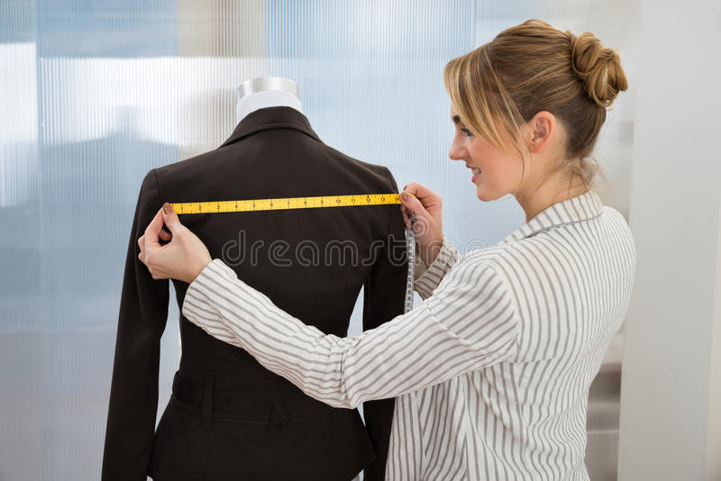 Download Vestito Di Misurazione Dello Stilista Fotografia Stock - Immagine di tenuta, progettista: 55362626