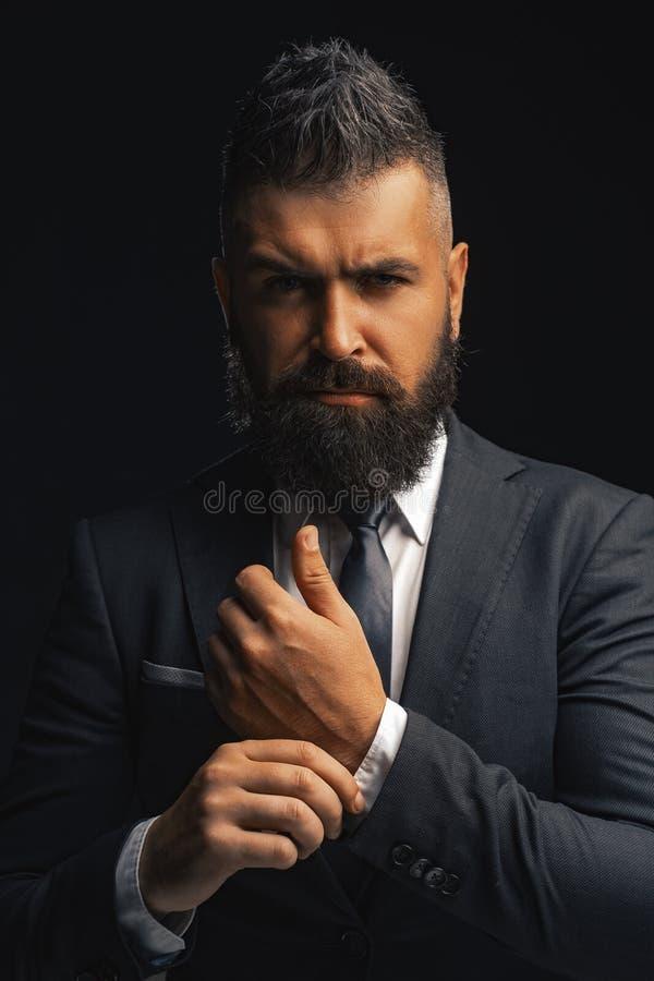 Vestito di modo Uomo barbuto ricco vestito in vestiti classici L'abbigliamento degli uomini di lusso Uomo in vestito Fiducia dell fotografie stock