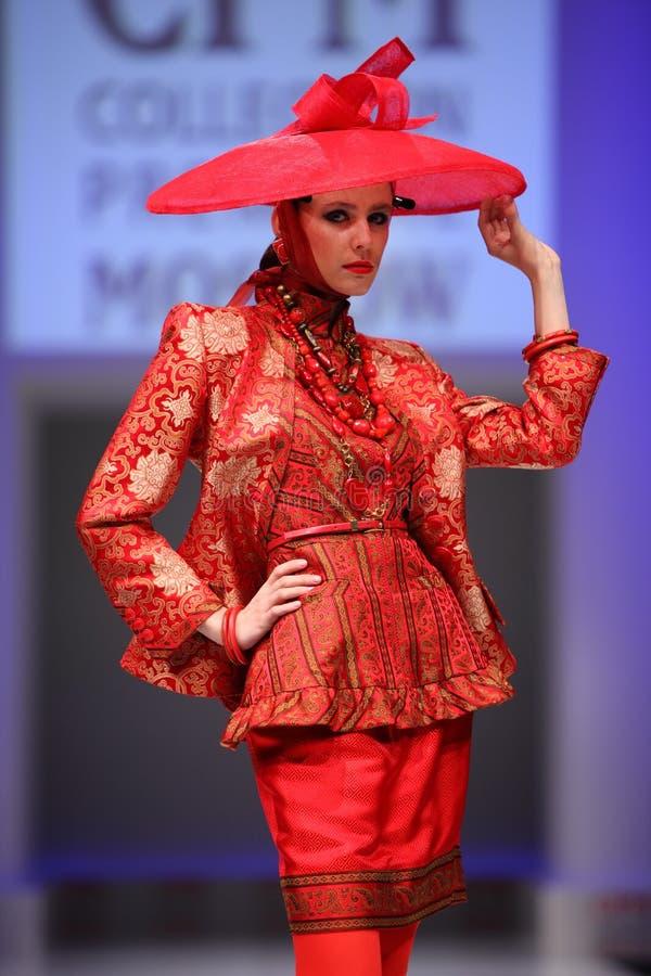Vestito di usura di donna dalla passerella della camminata di Slava Zaytzev immagine stock