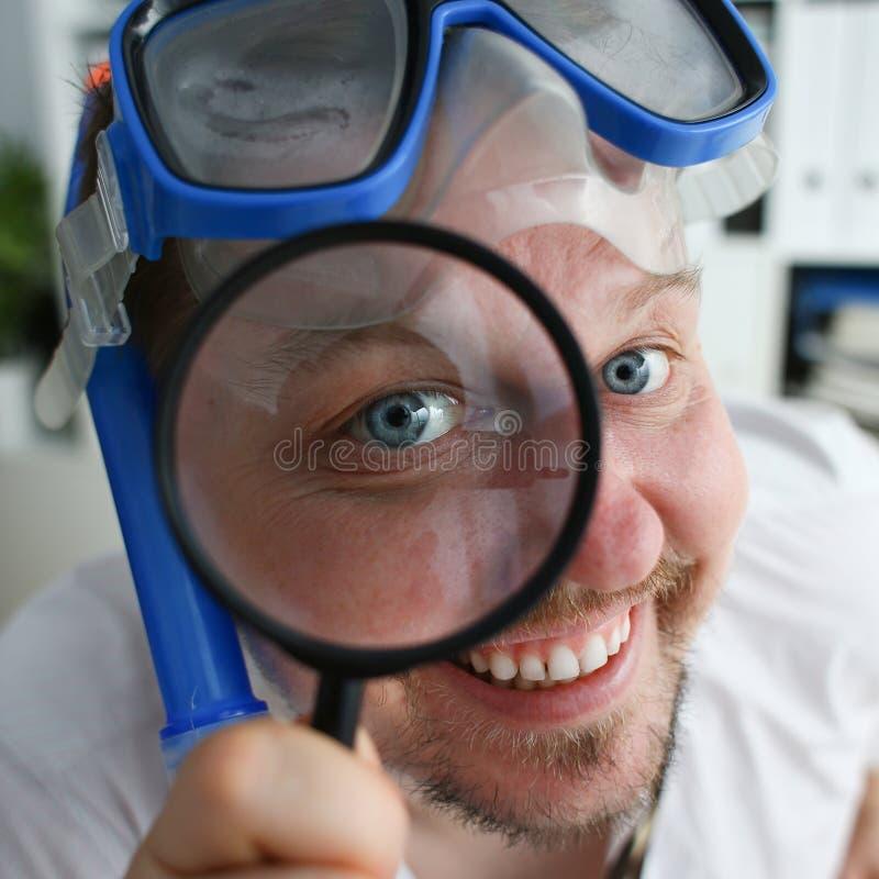 Vestito e legame d'uso sorridenti divertenti dell'uomo immagini stock libere da diritti