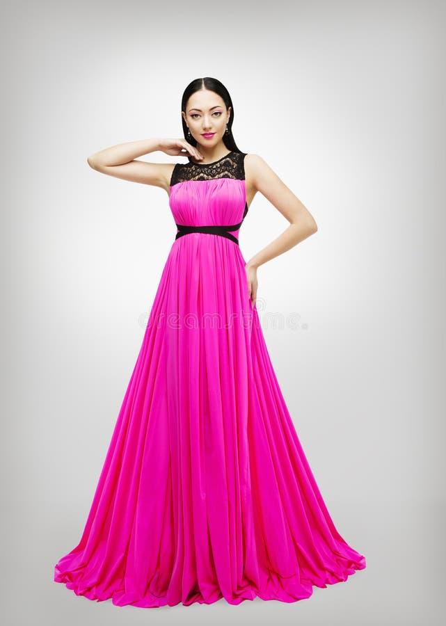 Vestito lungo, vita di Pink Gown High del modello di moda della giovane donna fotografia stock libera da diritti
