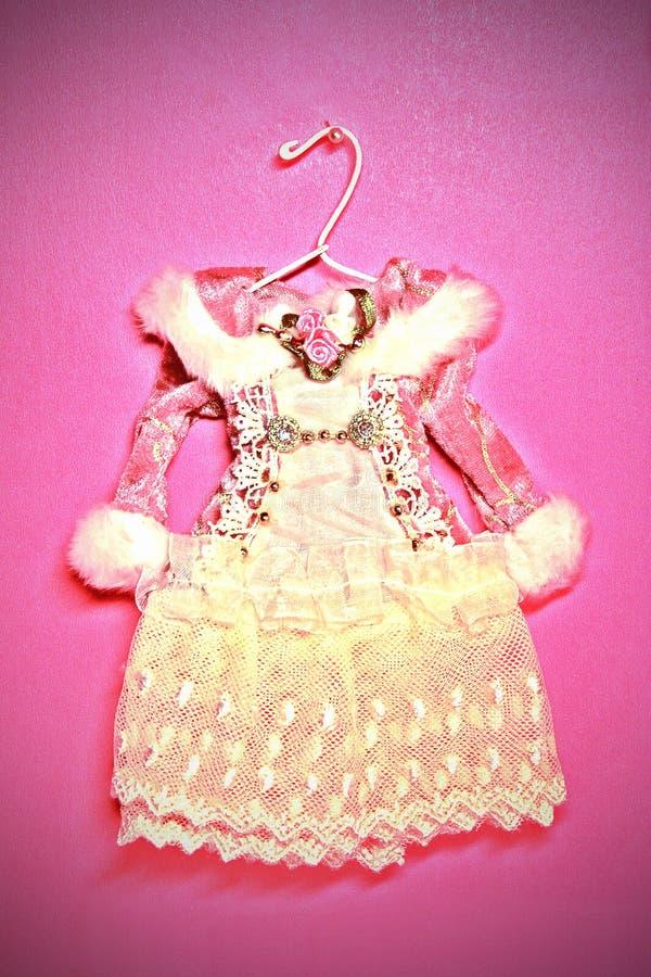 Download Vestito Miniatura Bello Sui Ganci Fotografia Stock - Immagine di tessuto, donne: 7315356