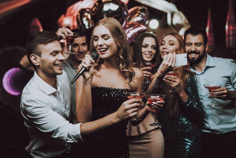 Vestito nero Canti e beva Sorriso Club di karaoke fotografie stock libere da diritti