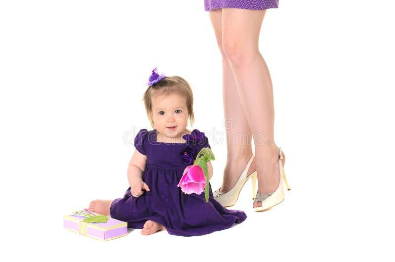Vestito porpora dalla neonata con i fiori fotografie stock