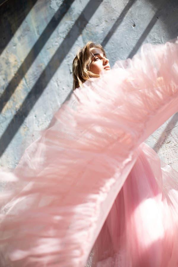 Vestito rosa dalla schiuma, congelato momento immagine stock