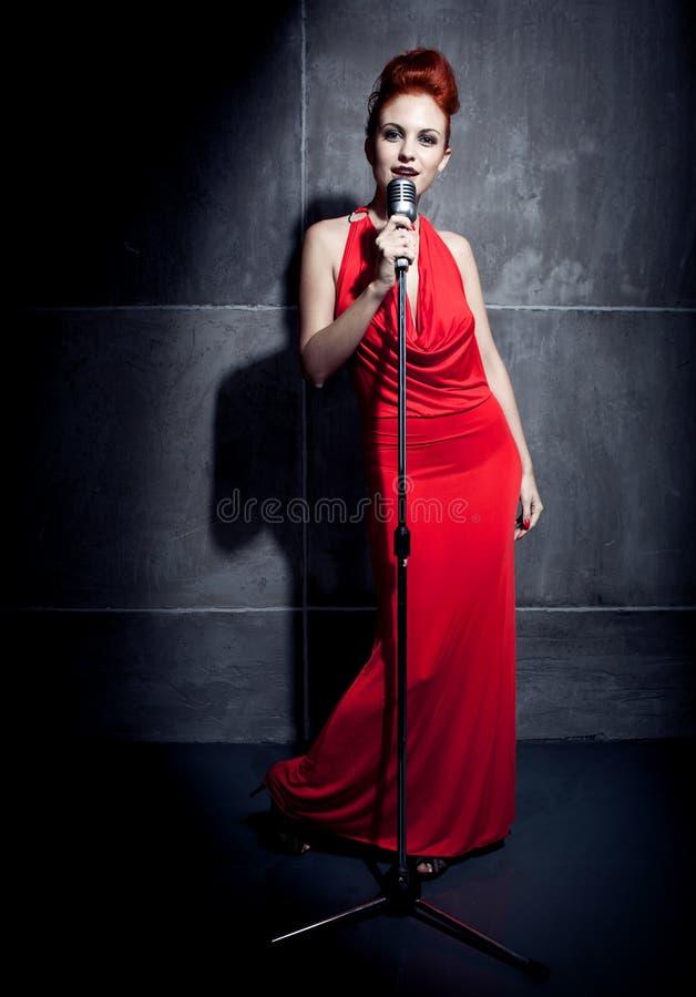 Vestito rosso dal cantante femminile immagine stock