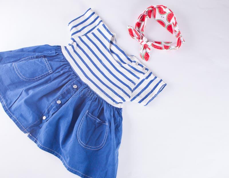 Vestito a strisce dal bambino in un tema e in un accessorie marini - fascia fotografia stock libera da diritti