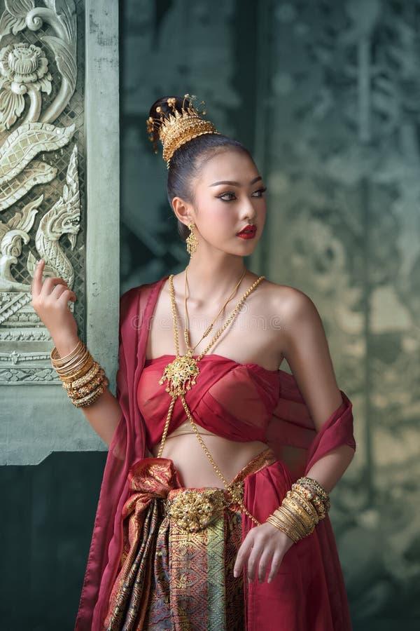 Vestito uniforme tradizionale tailandese, donna che porta vestito tailandese tipico immagini stock